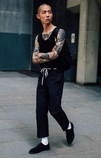 Combinar una bolsa tote de lona negra: Casa una camiseta sin mangas negra con una bolsa tote de lona negra transmitirán una vibra libre y relajada. Con el calzado, sé más clásico y opta por un par de zapatos derby de ante negros.
