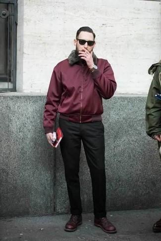 Combinar una cazadora harrington con un pantalón chino: Considera ponerse una cazadora harrington y un pantalón chino para conseguir una apariencia relajada pero elegante. Agrega zapatos derby de cuero burdeos a tu apariencia para un mejor estilo al instante.