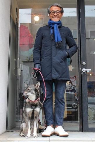 Cómo combinar: bufanda azul, zapatos derby de ante blancos, pantalón chino en gris oscuro, chaqueta con cuello y botones negra