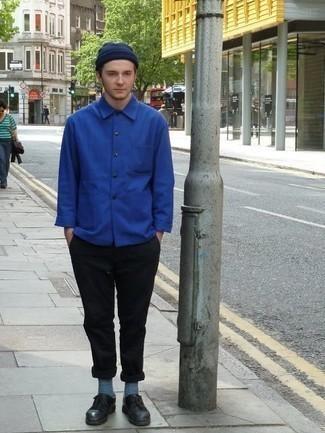 Unos zapatos derby de vestir con un pantalón chino negro: Elige una chaqueta estilo camisa azul y un pantalón chino negro para un lindo look para el trabajo. ¿Te sientes valiente? Completa tu atuendo con zapatos derby.