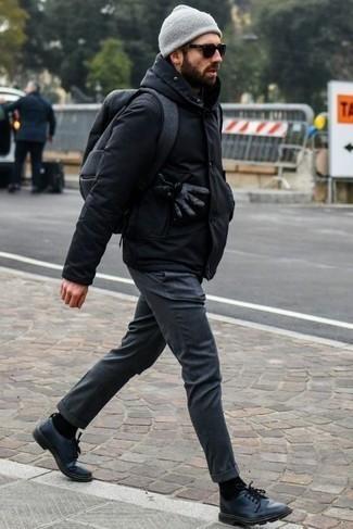 Combinar una parka negra: Equípate una parka negra junto a un pantalón chino en gris oscuro para conseguir una apariencia relajada pero elegante. Usa un par de zapatos derby de cuero negros para mostrar tu inteligencia sartorial.