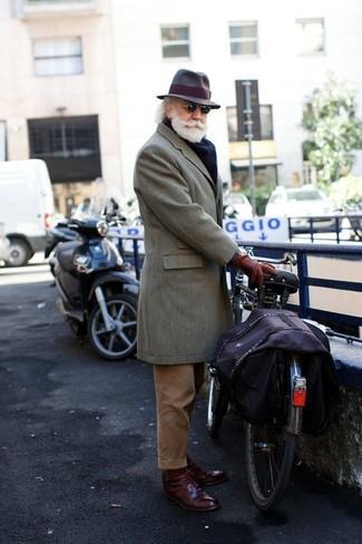 Cómo combinar: sombrero de lana en marrón oscuro, zapatos derby de cuero burdeos, pantalón de vestir de pana marrón, abrigo largo gris
