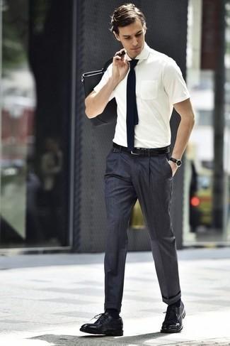 Combinar una bolsa tote de cuero negra: Una camisa de manga corta blanca y una bolsa tote de cuero negra son una opción excelente para el fin de semana. Zapatos derby de cuero negros proporcionarán una estética clásica al conjunto.