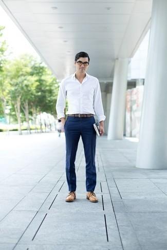Combinar una camisa de manga larga con unos zapatos derby: Emparejar una camisa de manga larga junto a un pantalón de vestir azul marino es una opción perfecta para una apariencia clásica y refinada. Zapatos derby son una opción incomparable para complementar tu atuendo.
