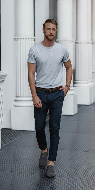Cómo combinar: correa de cuero en marrón oscuro, zapatos derby de ante en gris oscuro, pantalón de vestir negro, camiseta con cuello circular gris