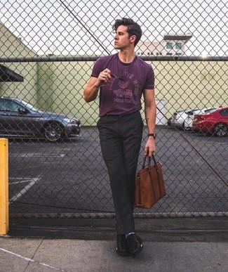 Cómo combinar: portafolio de cuero marrón, zapatos derby de cuero negros, pantalón de vestir negro, camiseta con cuello circular estampada morado