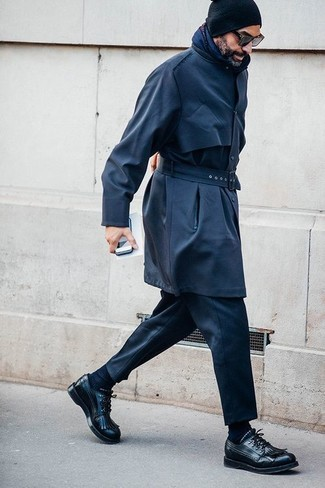 Cómo combinar: gorro negro, zapatos derby de cuero negros, pantalón de vestir negro, gabardina azul marino