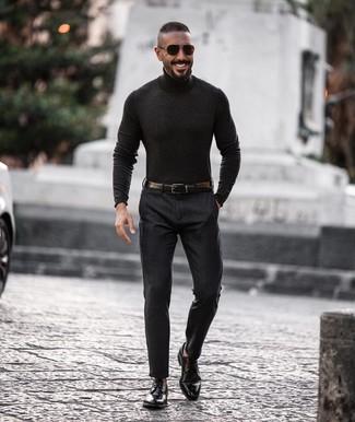 Cómo combinar: correa de cuero negra, zapatos derby de cuero negros, pantalón de vestir en gris oscuro, jersey de cuello alto en gris oscuro
