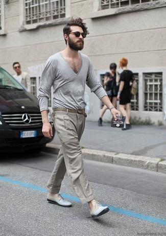 Combinar un pantalón de vestir gris: Empareja un jersey de pico gris con un pantalón de vestir gris para un perfil clásico y refinado. Zapatos derby de cuero celestes son una opción atractiva para completar este atuendo.