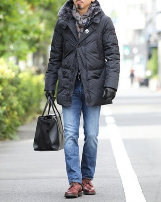 Cómo combinar: bolsa tote de cuero negra, zapatos derby de cuero rojos, vaqueros azules, abrigo de plumón negro