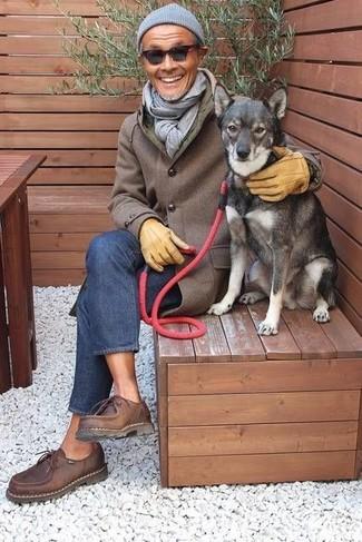 Cómo combinar: gorro gris, zapatos derby de cuero en marrón oscuro, vaqueros azules, abrigo largo marrón