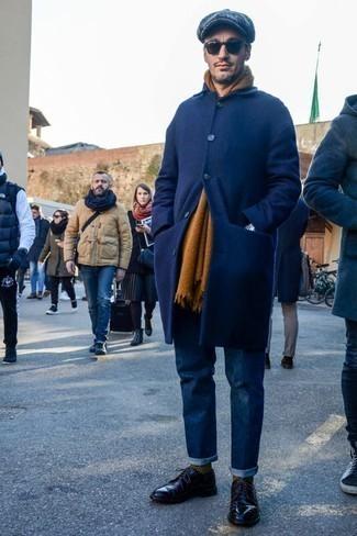 Outfits hombres en invierno 2021: Haz de un abrigo largo azul marino y unos vaqueros azul marino tu atuendo para lograr un look de vestir pero no muy formal. Con el calzado, sé más clásico y haz zapatos derby de cuero negros tu calzado. Para el invierno, este atuendo es fantastico.