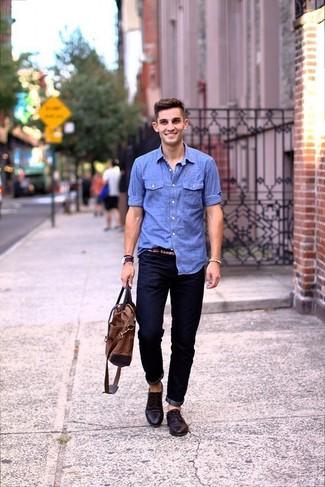 Cómo combinar: bolsa tote de cuero marrón, zapatos derby de cuero en marrón oscuro, vaqueros azul marino, camisa de manga larga de cambray celeste