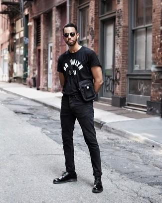 Combinar unos zapatos derby de cuero negros: Emparejar una camiseta con cuello circular estampada en negro y blanco junto a unos vaqueros negros es una opción perfecta para el fin de semana. Elige un par de zapatos derby de cuero negros para mostrar tu inteligencia sartorial.