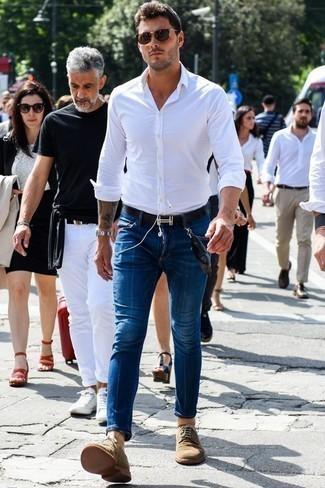 Combinar unas gafas de sol en marrón oscuro: Emparejar una camisa de manga larga blanca con unas gafas de sol en marrón oscuro es una opción atractiva para el fin de semana. Complementa tu atuendo con zapatos derby de ante marrón claro para mostrar tu inteligencia sartorial.