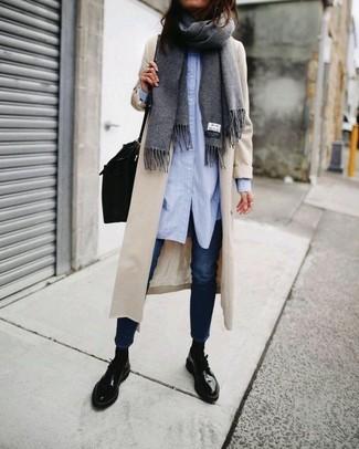 Cómo combinar: bolso de hombre de cuero negro, zapatos derby de cuero negros, vaqueros pitillo azul marino, camisa de vestir celeste