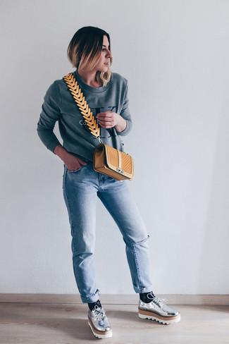 Cómo combinar: bolso bandolera de cuero acolchado marrón claro, zapatos derby de cuero plateados, vaqueros celestes, sudadera estampada gris