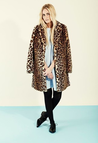 Cómo combinar: pulsera dorada, zapatos derby de cuero negros, vestido amplio celeste, abrigo de piel de leopardo marrón
