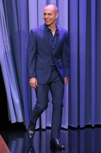 Cómo combinar: reloj plateado, zapatos oxford de cuero azul marino, camisa de manga larga estampada azul marino, traje azul marino