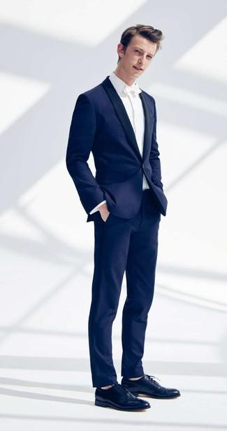 Cómo combinar: corbatín blanco, zapatos oxford de cuero azul marino, camisa de vestir blanca, traje azul marino
