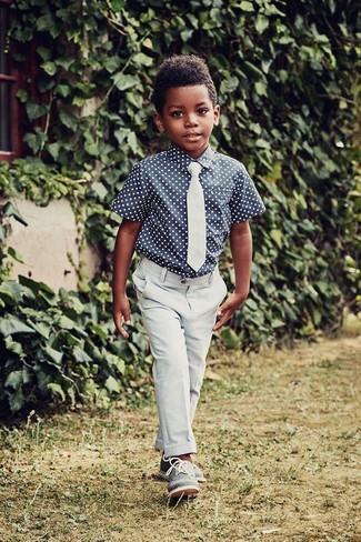 Cómo combinar: corbata celeste, zapatos oxford azules, pantalones celestes, camisa de manga corta a lunares azul marino