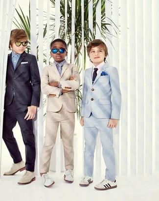Cómo combinar: corbata gris, zapatos oxford blancos, camisa de manga larga de cuadro vichy en blanco y negro, traje en beige