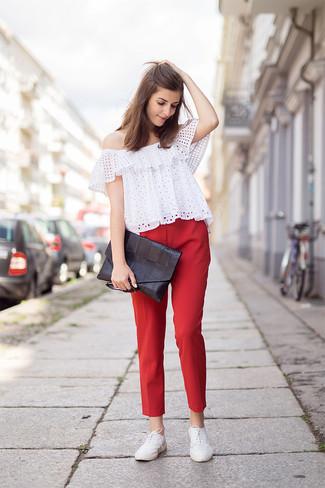 Cómo combinar: cartera sobre de cuero negra, zapatos oxford de cuero blancos, pantalones pitillo rojos, top con hombros descubiertos con ojete blanco