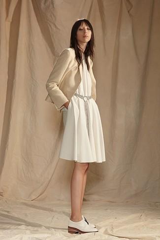 Cómo combinar: cinturón gris, zapatos oxford de cuero blancos, vestido amplio blanco, blazer en beige