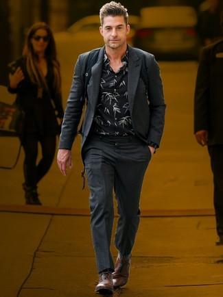 Cómo combinar: mochila negra, zapatos oxford de cuero marrónes, camisa de manga larga con print de flores negra, traje en gris oscuro
