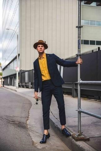 Combinar un sombrero de lana marrón: Empareja un traje a cuadros azul marino con un sombrero de lana marrón para conseguir una apariencia relajada pero elegante. ¿Te sientes valiente? Opta por un par de zapatos oxford de cuero azul marino.
