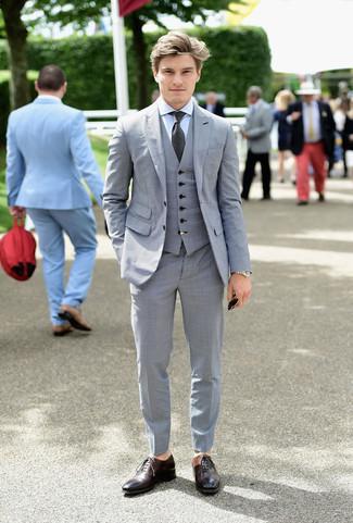 Cómo combinar: corbata en gris oscuro, zapatos oxford de cuero en marrón oscuro, camisa de vestir celeste, traje de tres piezas gris
