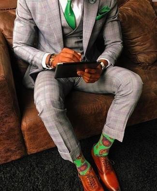 Cómo combinar: corbata verde, zapatos oxford de cuero en tabaco, camisa de vestir blanca, traje de tres piezas de tartán gris