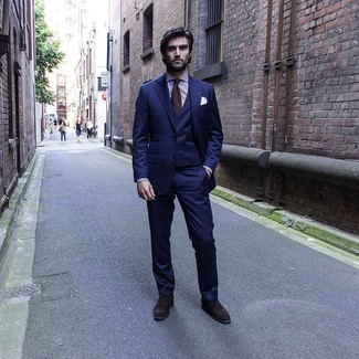 Cómo combinar: corbata en marrón oscuro, zapatos oxford de ante en marrón oscuro, camisa de vestir de rayas verticales en blanco y morado, traje de tres piezas azul marino