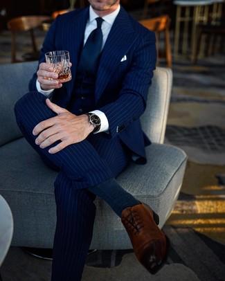 Cómo combinar: corbata azul marino, zapatos oxford de cuero marrónes, camisa de vestir blanca, traje de tres piezas de rayas verticales azul marino