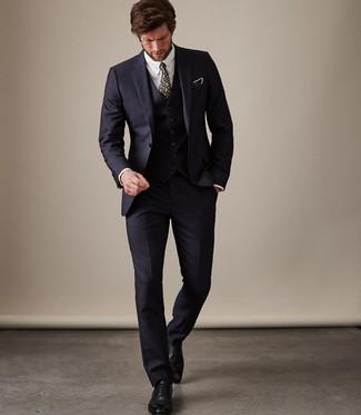 Combinar unos zapatos oxford de cuero negros: Casa un traje de tres piezas azul marino junto a una camisa de vestir blanca para una apariencia clásica y elegante. Completa el look con zapatos oxford de cuero negros.