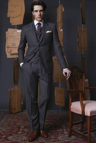 Combinar unos zapatos oxford de cuero marrónes: Intenta combinar un traje de tres piezas en gris oscuro junto a una camisa de vestir blanca para un perfil clásico y refinado. Zapatos oxford de cuero marrónes son una opción incomparable para completar este atuendo.
