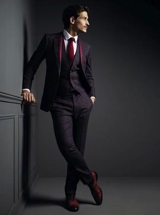 Cómo combinar: corbata burdeos, zapatos oxford de cuero burdeos, camisa de vestir blanca, traje de tres piezas de lana morado oscuro