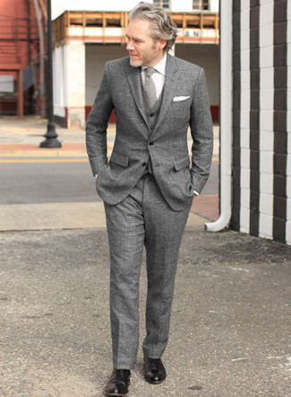 Combinar una corbata de lana gris: Opta por un traje de tres piezas de lana gris y una corbata de lana gris para una apariencia clásica y elegante. ¿Quieres elegir un zapato informal? Complementa tu atuendo con zapatos oxford de cuero negros para el día.