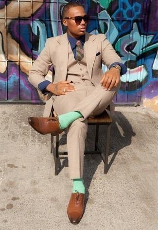 Combinar un pañuelo de bolsillo azul marino: Para crear una apariencia para un almuerzo con amigos en el fin de semana empareja un traje de tres piezas marrón claro junto a un pañuelo de bolsillo azul marino. Zapatos oxford de cuero marrónes son una forma sencilla de mejorar tu look.