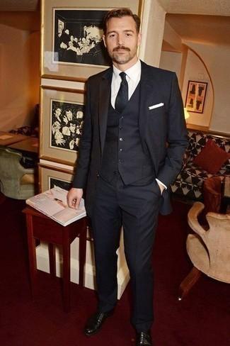 Combinar un pañuelo de bolsillo blanco: Utiliza un traje de tres piezas de rayas verticales negro y un pañuelo de bolsillo blanco para una apariencia fácil de vestir para todos los días. Con el calzado, sé más clásico y complementa tu atuendo con zapatos oxford de cuero negros.