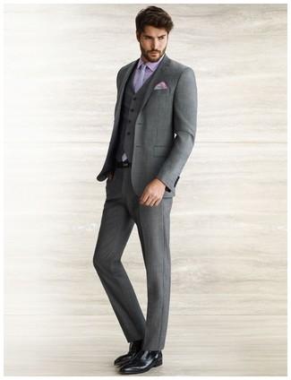 Combinar unos zapatos oxford de cuero negros: Emparejar un traje de tres piezas en gris oscuro junto a una camisa de vestir violeta claro es una opción práctica para una apariencia clásica y refinada. Zapatos oxford de cuero negros son una opción inigualable para complementar tu atuendo.