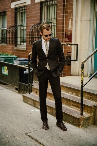 Cómo combinar: corbata estampada en beige, zapatos oxford de cuero en marrón oscuro, camisa de vestir blanca, traje en marrón oscuro