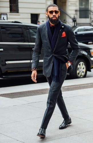 Cómo combinar: corbata negra, zapatos oxford de cuero negros, camisa de vestir de tartán roja, traje de lana en gris oscuro