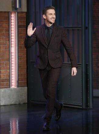 Cómo combinar: corbata negra, zapatos oxford de cuero negros, camisa de vestir azul marino, traje de rayas verticales burdeos