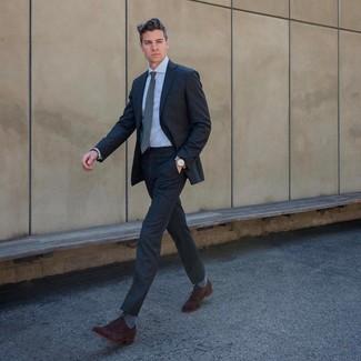 Cómo combinar: corbata gris, zapatos oxford de ante en marrón oscuro, camisa de vestir celeste, traje en gris oscuro