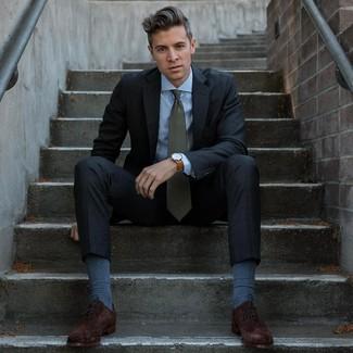 Cómo combinar: corbata verde oscuro, zapatos oxford de ante en marrón oscuro, camisa de vestir celeste, traje en gris oscuro