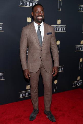 Cómo combinar: corbata estampada en gris oscuro, zapatos oxford de ante en marrón oscuro, camisa de vestir blanca, traje marrón