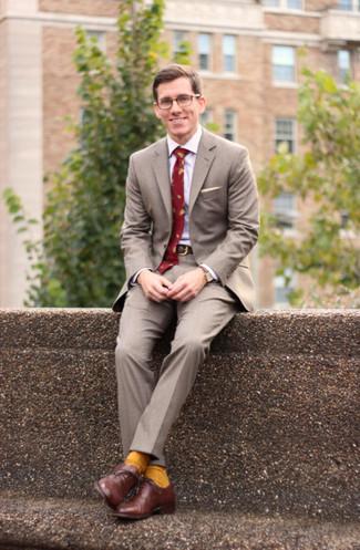 86c9edc5 Cómo combinar: corbata estampada roja, zapatos oxford de cuero marrónes,  camisa de vestir