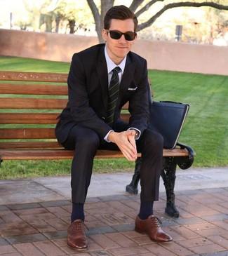 Cómo combinar: bolso con cremallera de cuero negro, zapatos oxford de cuero marrónes, camisa de vestir violeta claro, traje negro