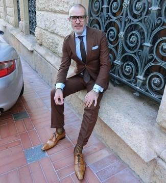 Cómo combinar: corbata a lunares en marrón oscuro, zapatos oxford de cuero marrón claro, camisa de vestir celeste, traje en marrón oscuro